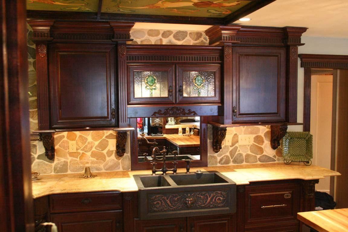 Cocina con muebles de madera de tonos oscuros im genes for Copper kitchen design ideas